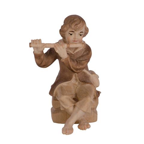 Мальчик играет на флейте