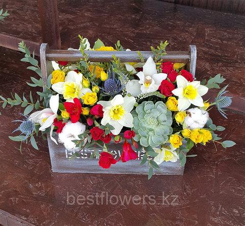 Ящик с цветами с красным