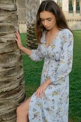Платье из шифона голубого цвета с принтом недорого