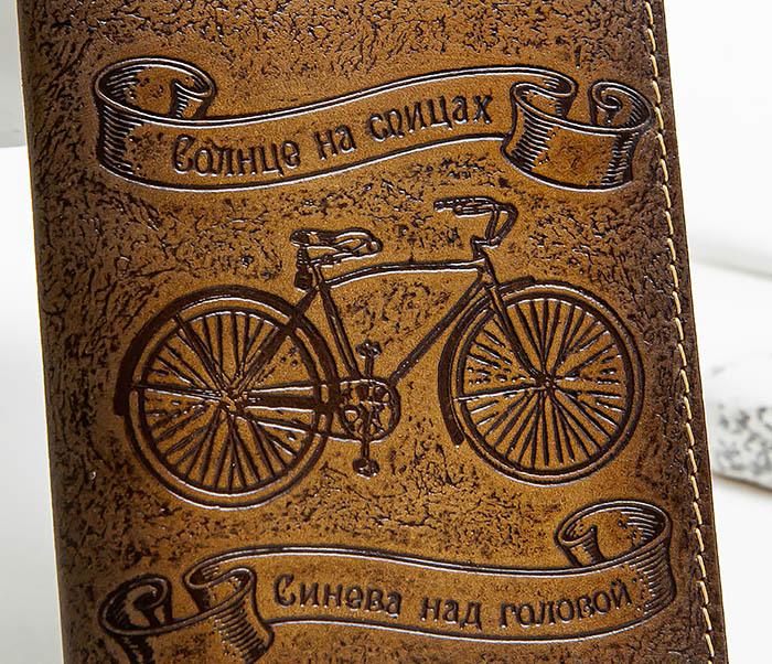 BY140215 Обложка на паспорт из натуральной кожи «Велосипедист» фото 02