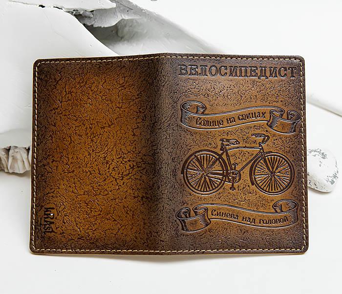 BY140215 Обложка на паспорт из натуральной кожи «Велосипедист» фото 03