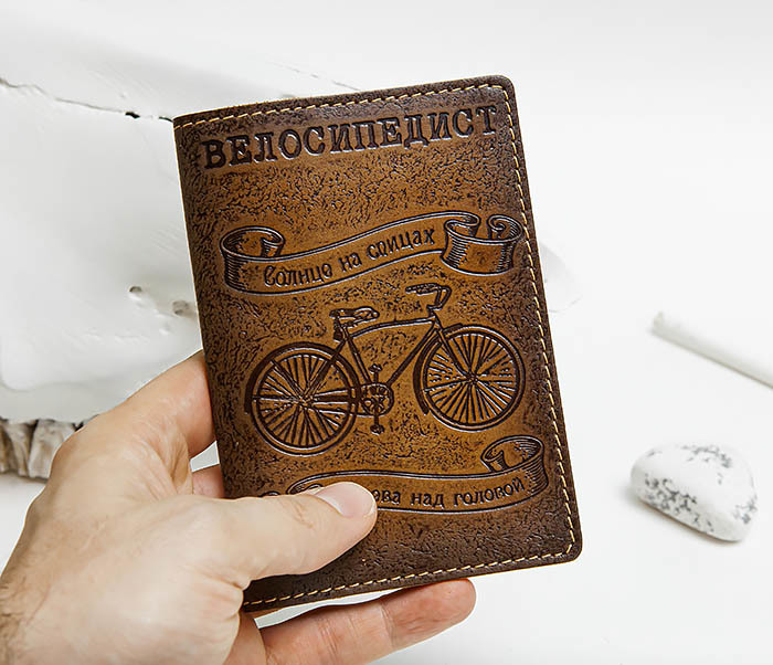 BY140215 Обложка на паспорт из натуральной кожи «Велосипедист» фото 04