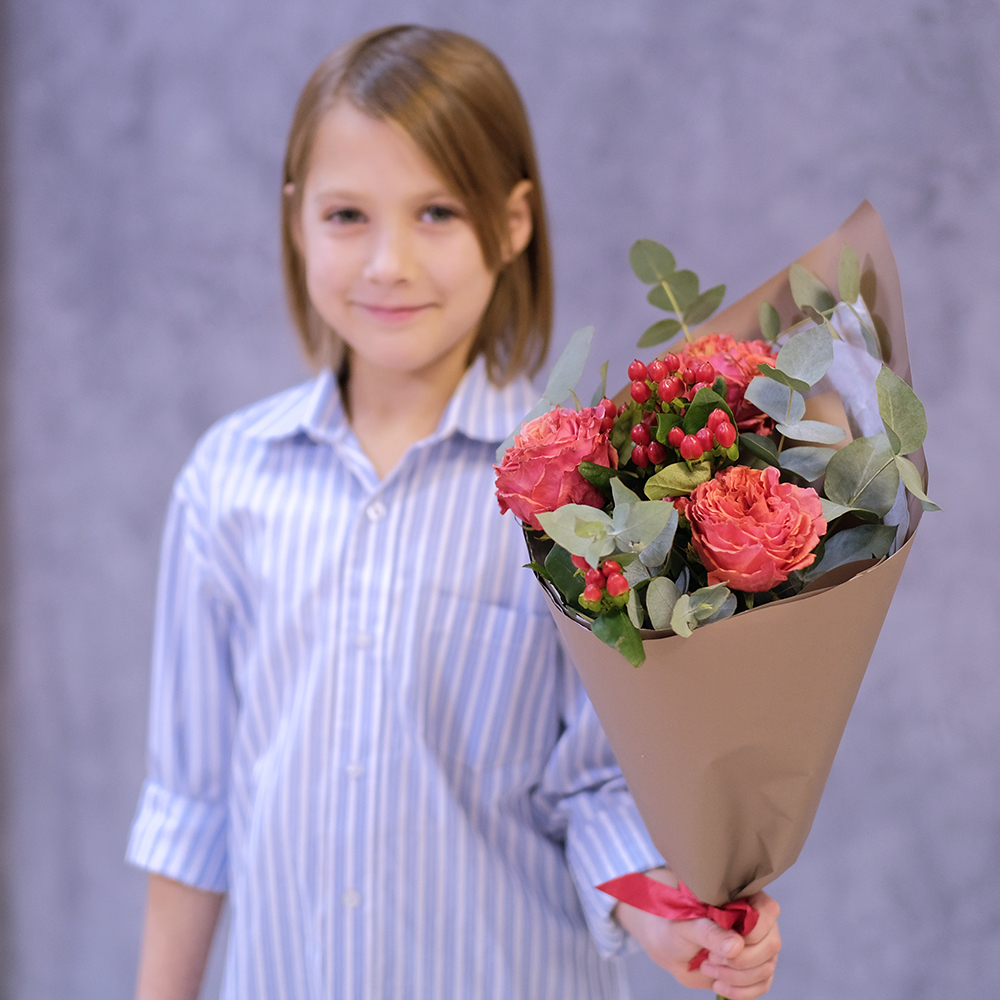 Купить букет с красными пионовидными розами в Перми недорого