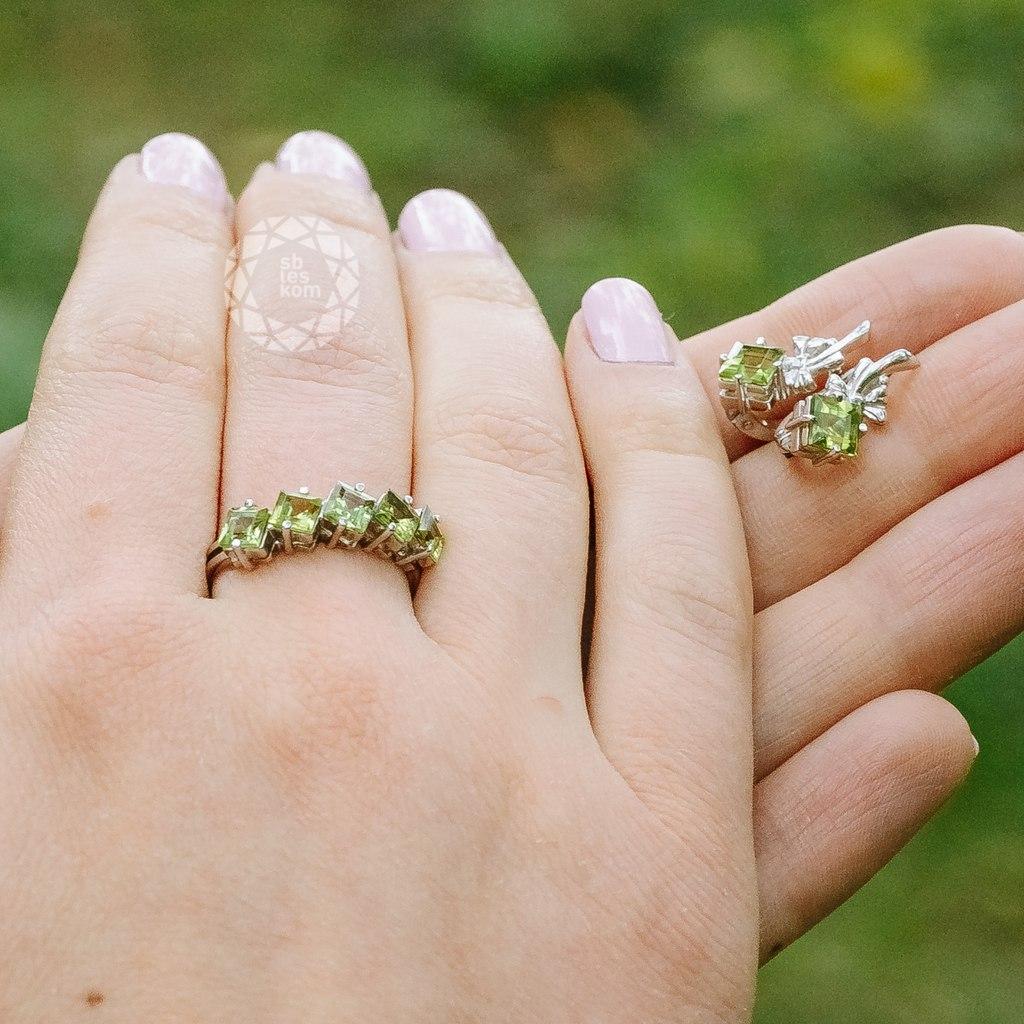 Серебряное кольцо с хризолитом