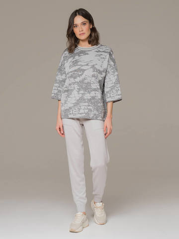 Женский джемпер серого цвета с укороченным рукавом - фото 4