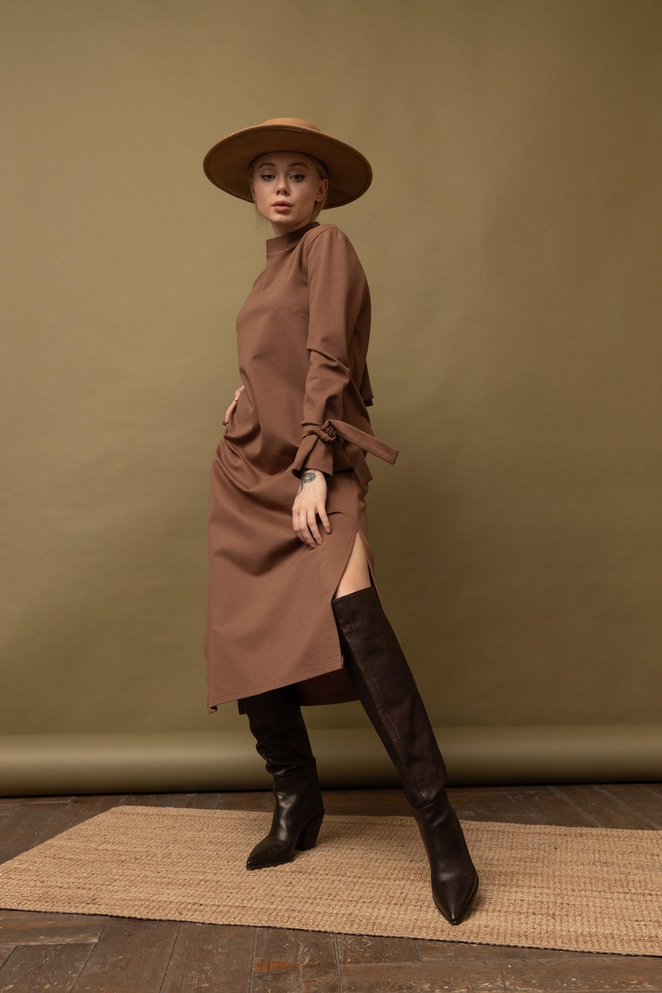 Платье прямой силуэт с декоративными элементами в виде завязок