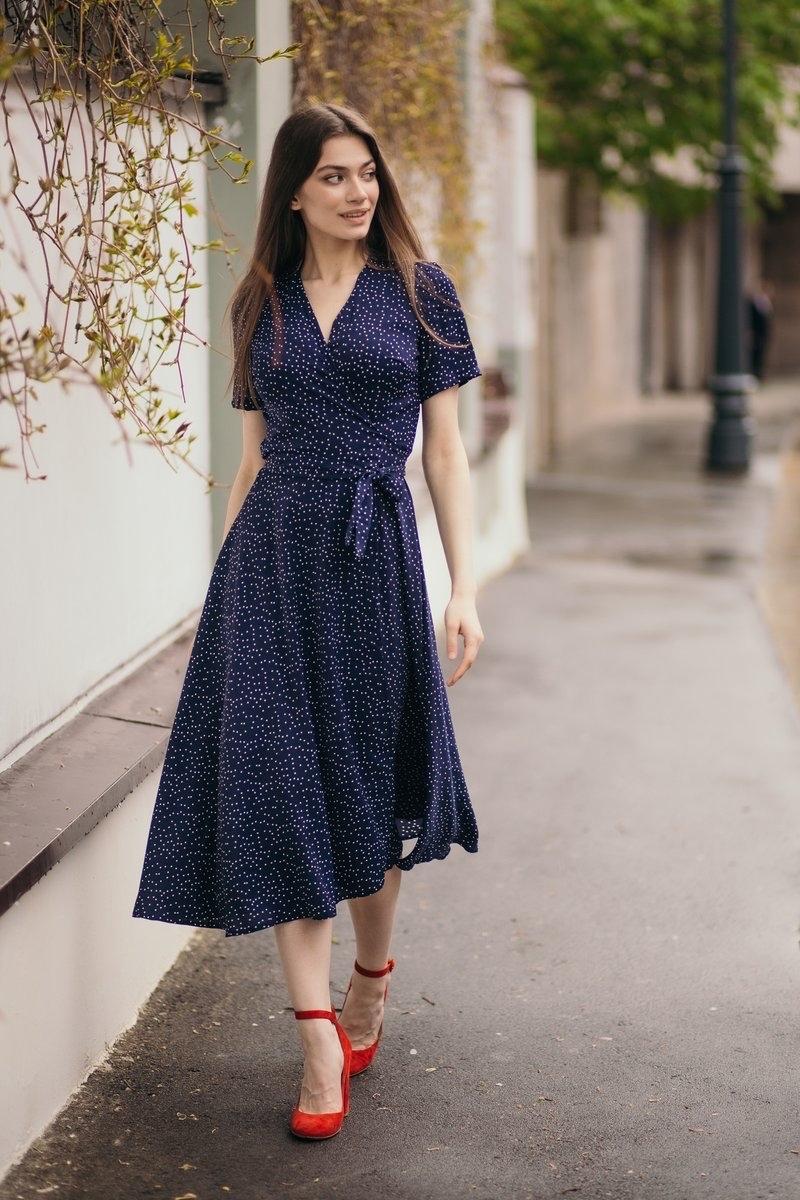 Платье миди в горошек на запАх синий