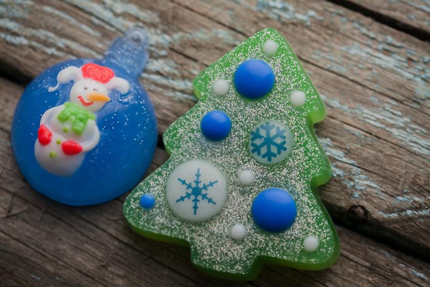 Пластиковая форма для изготовления мыла в виде елки с шарами