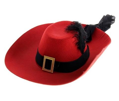 Красная шляпа с пером и лентой