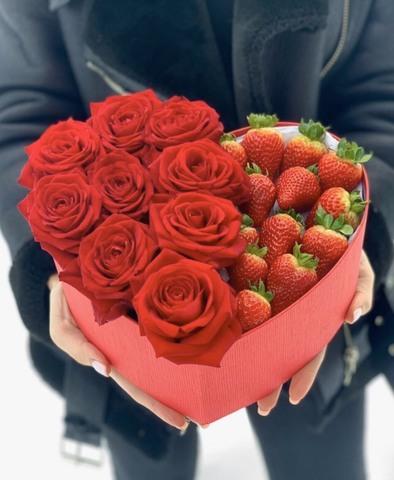 Коробочка с розами и клубникой #9778
