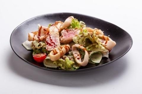 Теплий салат з тунцем і морепродуктами / Warm salad with tuna and seafood