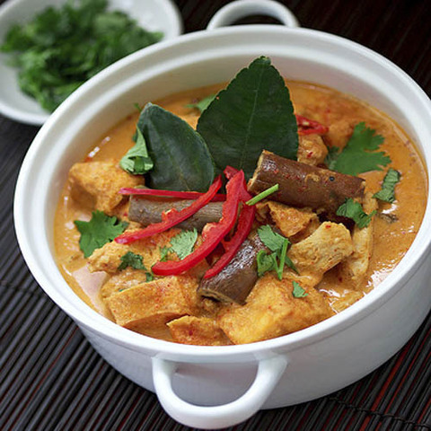 https://static-sl.insales.ru/images/products/1/6218/41236554/red_curry_chicken.jpg
