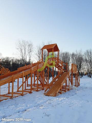 Большая зимняя деревянная горка