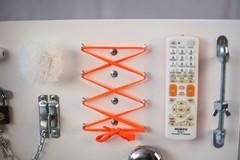 Доска Чудесная белого цвета с оранживыми элементами.