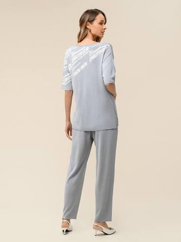 Женский джемпер светло-серого цвета с контрастным принтом из шелка и вискозы - фото 5