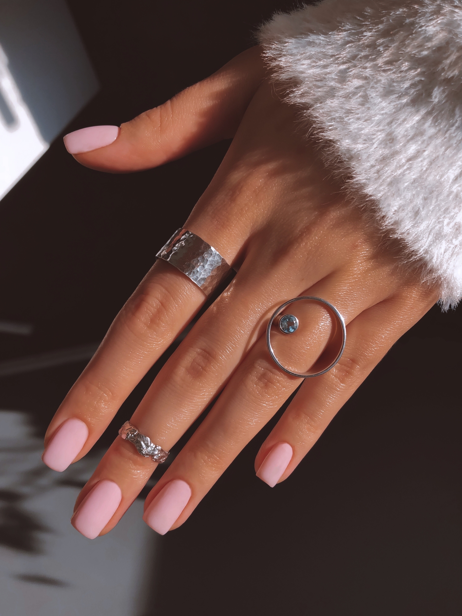 Серебряное кольцо круг с голубым топазом