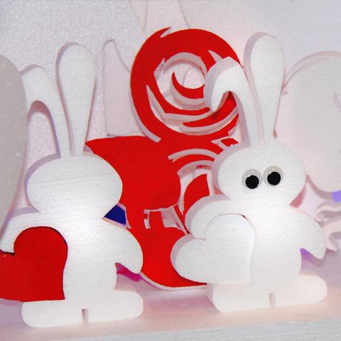 Заяц с сердцем из пенопласта раскрашенный