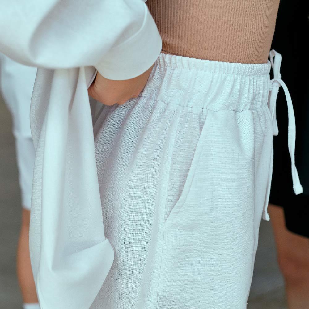 Підлітковий костюм з льону з шортами для дівчинки в білому кольорі