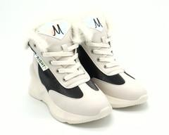 Кроссовки белые с меховой опушкой