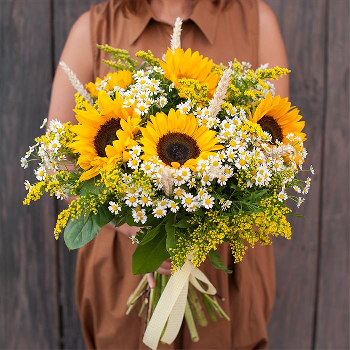 Купить позитивный букет из полевых цветов с подсолнухом и ромашками в Перми