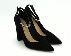 Черные туфли из натурального велюра с оригинальной застежкой вокруг щиколотки