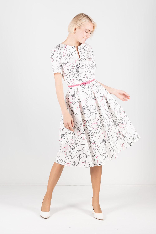 Платье З373а-724 - Приталенное платье с крупным контрастным принтом на белом фоне позволит создать женственный и современный образ. Модель с круглым вырезом горловины и короткими рукавами. Подчеркнуть талию можно при помощи контрастного розового пояса. Длина миди очень элегантна, что передается и владелице платья.