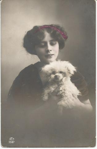 Девушка с собачкой