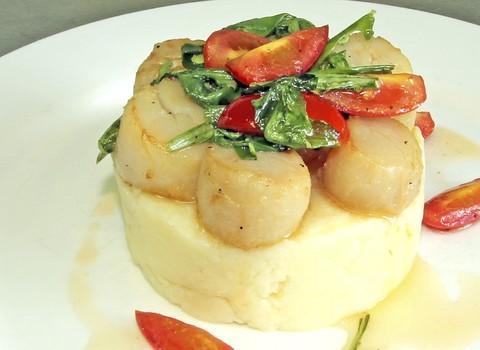 Гребешок на планше из картофеля с ароматным маслом