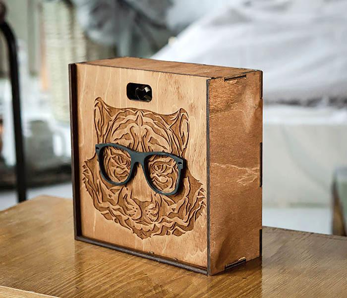 BOX249-2 Подарочная коробка из дерева с тигром в очках (17*17*7 см) фото 02