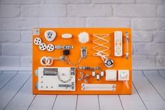 Доска Чудесная апельсинового цвета с белыми элементами.