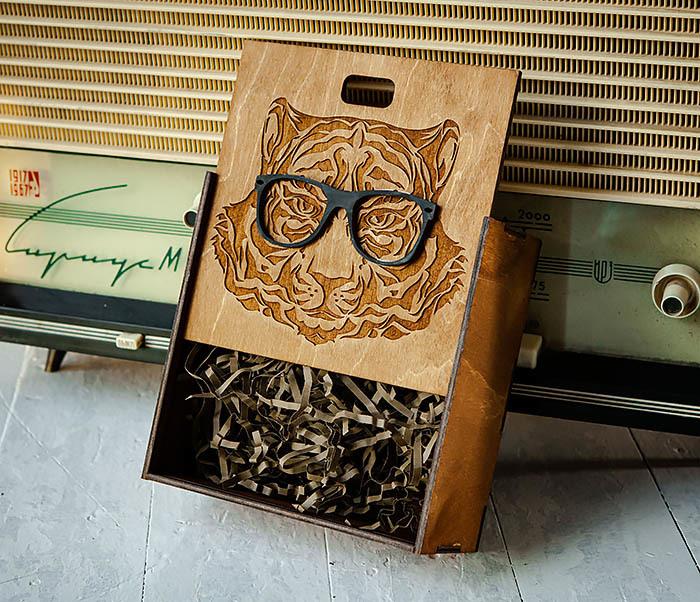 BOX249-2 Подарочная коробка из дерева с тигром в очках (17*17*7 см) фото 05