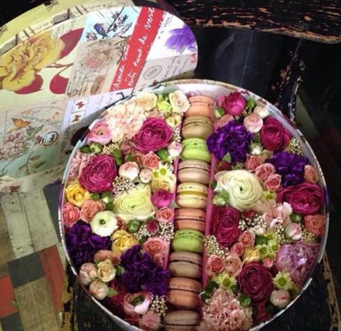 Коробка с цветами  и макарунами (10 шт) 17 мгновений любви #156383