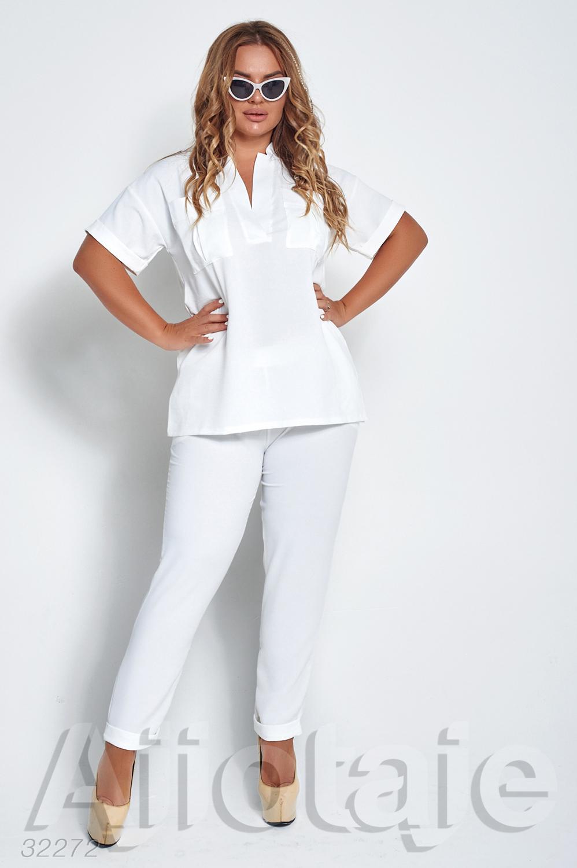 Летний брючный костюм молочного цвета
