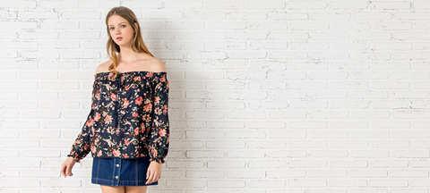 Блуза з оборками на вирізі