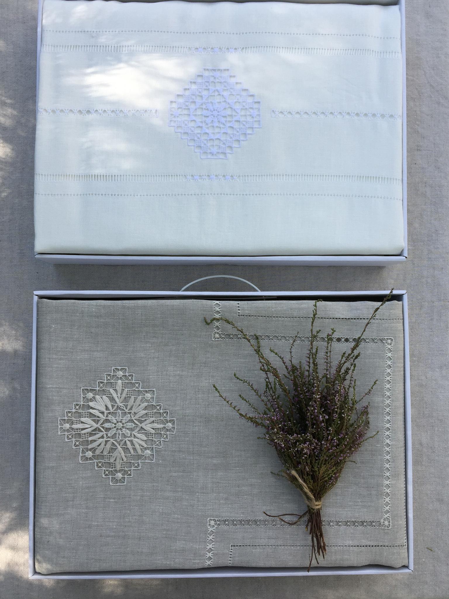 Льняное постельное бельё с вышивкой в подарочной упаковке
