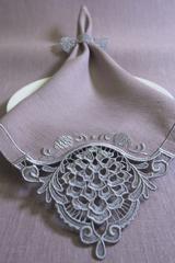 Льняная салфетка с вышивкой и кольцом