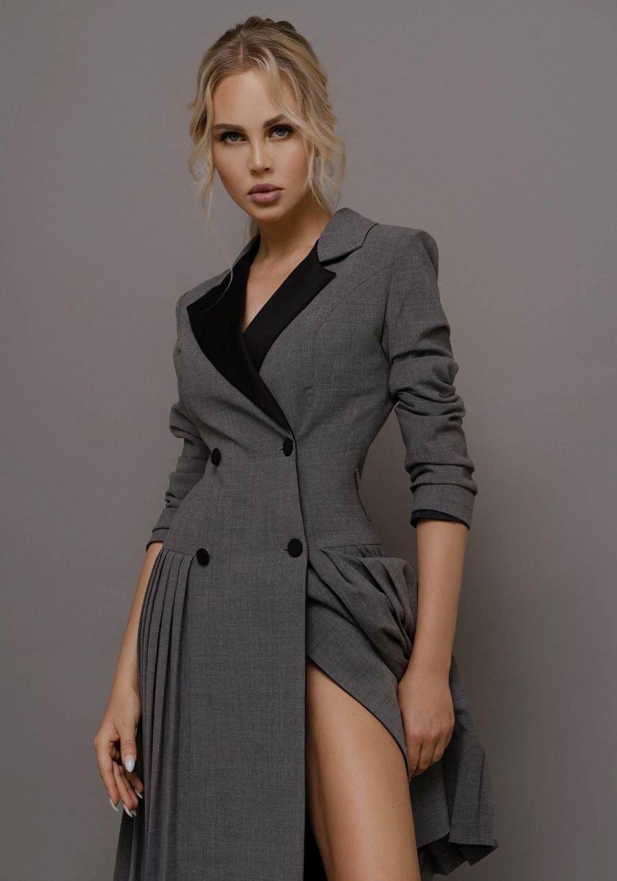 Жакет серый с юбкой в складку