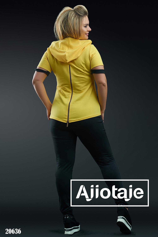 Двойка с желтой футболкой и черными штанами