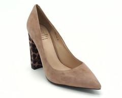 Классические туфли пудрового цвета с анималистическим каблуком