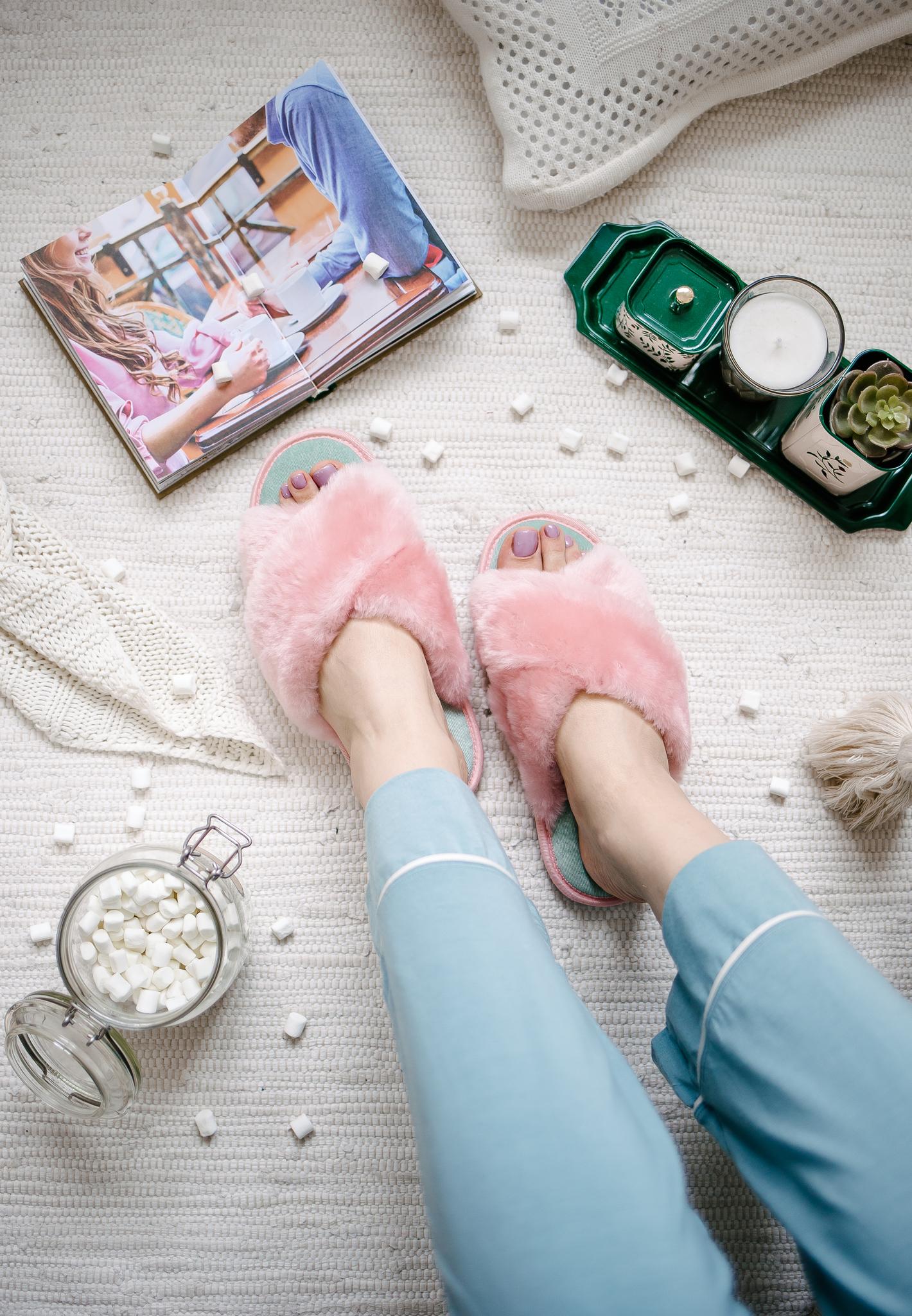 Меховые тапочки розовые с перекрестными шлейками и текстильной стелькой мятной