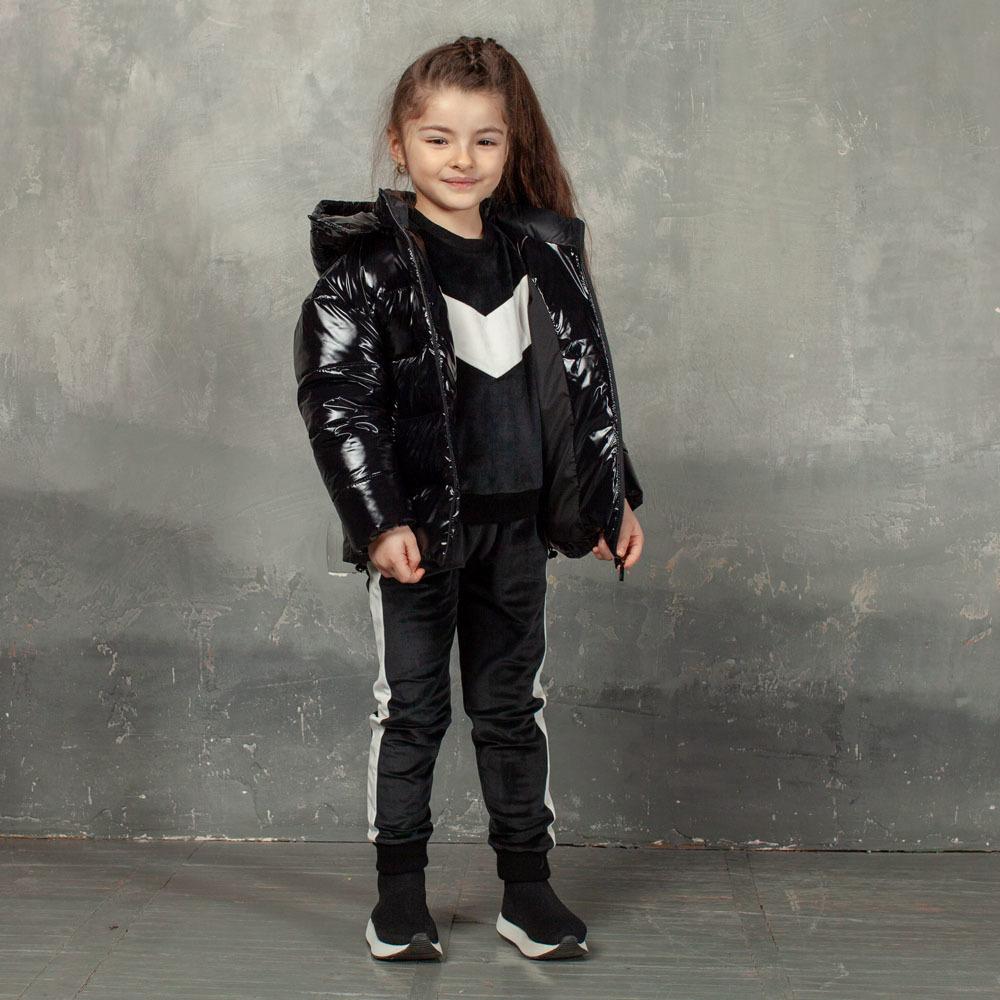 Демісезонна дитяча куртка чорного кольору з лакової плащової тканини та нашивкою