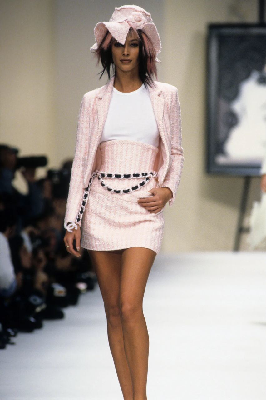 Костюм из корсета и юбки Chanel, весенняя коллекция 1994 г.