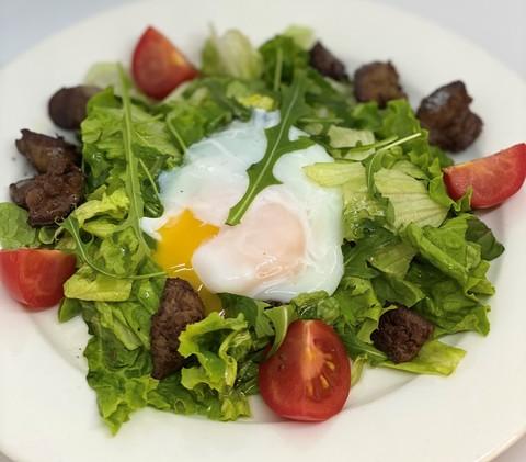Теплый салат с куриной печенью и яйцом пашот