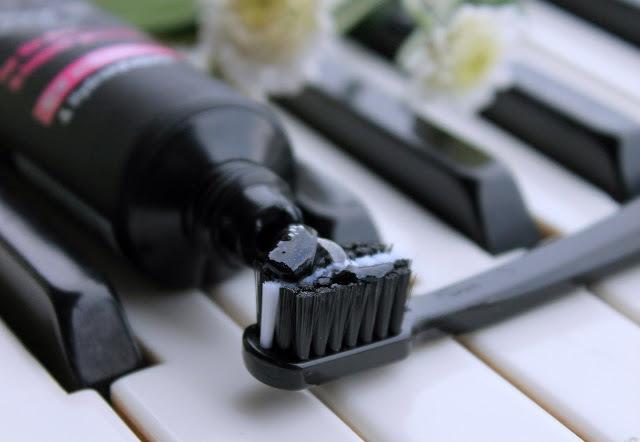 Зубная паста для отбеливания с углем/ Curaprox Black is White, 90 мл