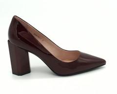 Классические туфли бордового цвета из натурального лака на графичном каблуке