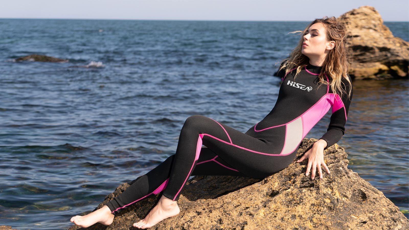 девушка в гидрокостюме HiSEA лежит на камне