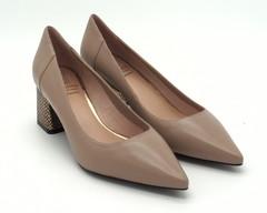 Бежевые туфли на устойчивом каблуке