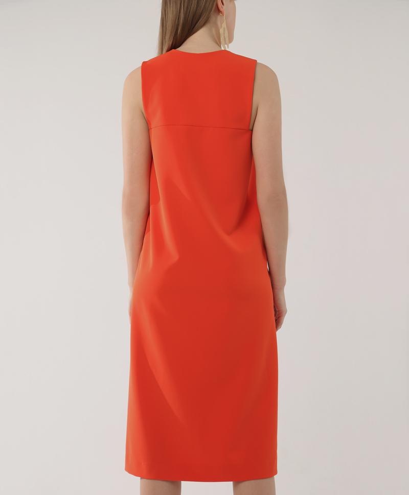 Красное платье с квадратным вырезом