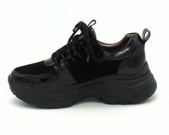 Черные кроссовки из натурального лака и велюра на высокой подошве