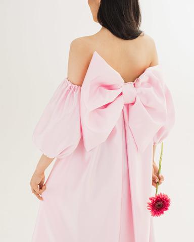 Розовое платье с бантом и рукавами фонариками